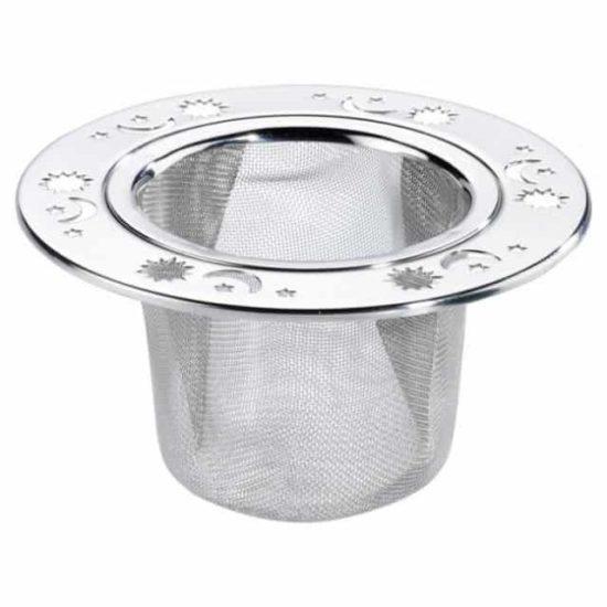 Avec ces motifs d'étoiles, de lune et de soleil, cet infuseur en acier inoxydable convient pour la plupart des tasses grâce à son diamètre large en haut, et étroit dans le bas.