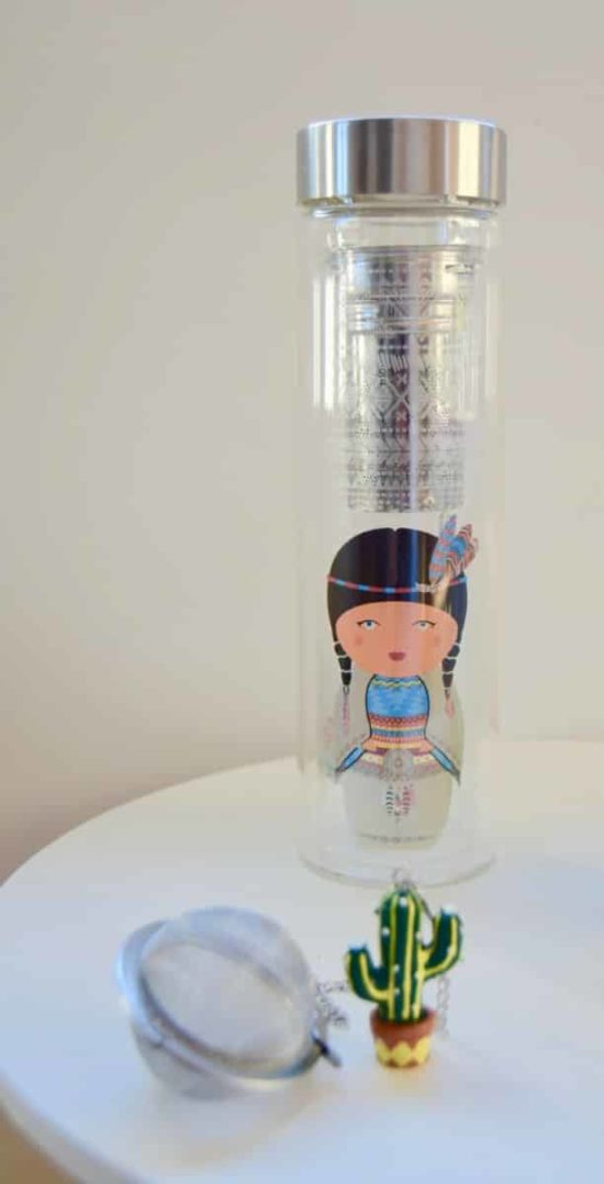 Gourde en verre Cherokee FlowTea avec sa housse en néoprène et son infuser