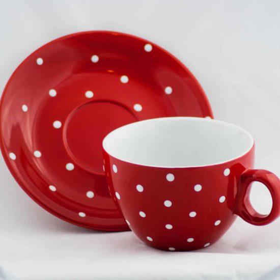 Tasse et sous tasse rouge à pois blanc d'une contenance de 33cl.