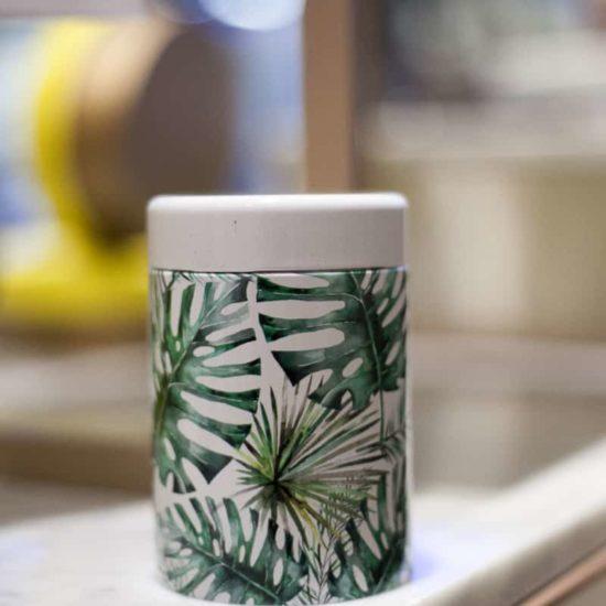 Boîtes à thé décorée de feuilles de plantes tropicales pour une ambiance Jungle Equipée d'un système de fermeture sécurisé et d'une contenance de 125 grammes