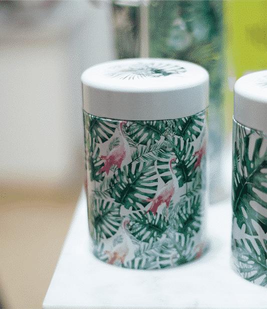 Boîte à thé décorée de flamants roses pour une ambiance Jungle Equipée d'un système de fermeture sécurisé et d'une contenance de 125 grammes