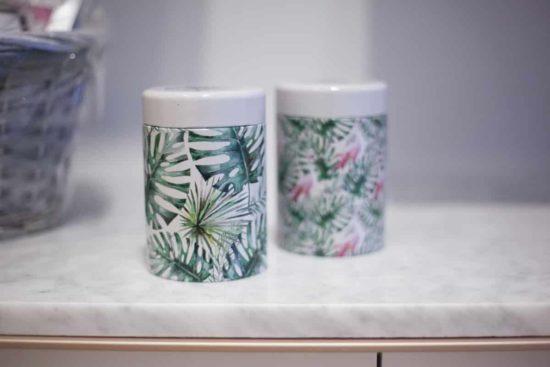 Duo de boîtes à thé superbement décoré de feuilles de plantes tropicales et autres oiseaux exotiques.