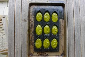 Les madeleines salées au Matcha, lardons et pesto