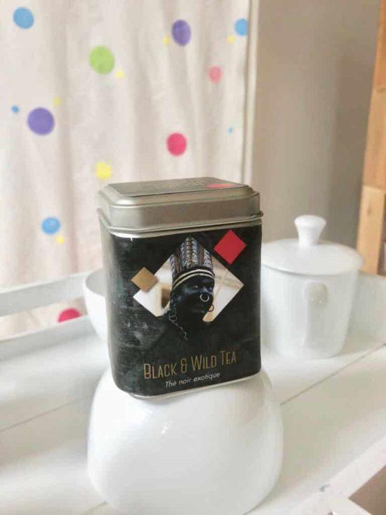 """Pour la ducasse d'Ath 2018, nous sortons avec ' A vélo' une """" Collector Edition"""" pour compléter la gamme des """"6 thés des géants""""... Une """"Collector Edition"""" à l'éffigie du Sauvage..... The Black & Wild Tea est un thé noir d'Assam parfumé à la verveine, kiwis, figues, pommes, caramel... Edition limitée ..."""
