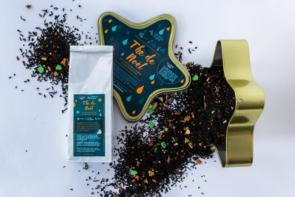 Le thé de Noël 2018 des Thélices de Sophie sera à nouveau caritatif: une partie des bénéfices de la vente du thé sera reversée à VIVA FOR LIFE. Pour l'occasion, un travail important au niveau du graphisme et du design de la boite a été apporté: fini les boites carrées ou cylindriques, l'étoile nous est apparue comme une évidence au sein de l'équipe! Le thé de Noël sera proposé dans une étoile, le symbole de la fête! Une étoile aux couleurs vertes et dorées, rappelant les couleurs du sapin de Noël, sapins que l'on retrouve également dans la composition du thé.