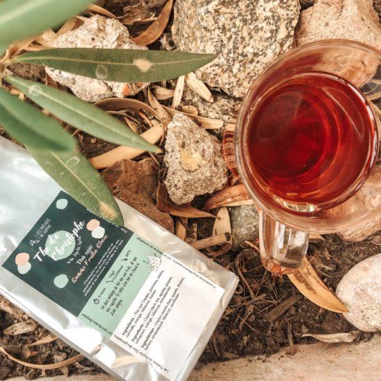Notre thé de Christophe est Thé noir Ceylan composé de pommes, raisins, cannelle, orange, hibiscus et fraises.