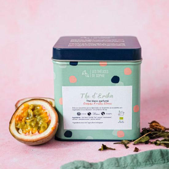 Le thé d'Erika est un mélange très délicat BIO de thé blanc, poires, framboises, pêches, pamplemousses. Son côté fruité en fait un merveilleux thé glacé!