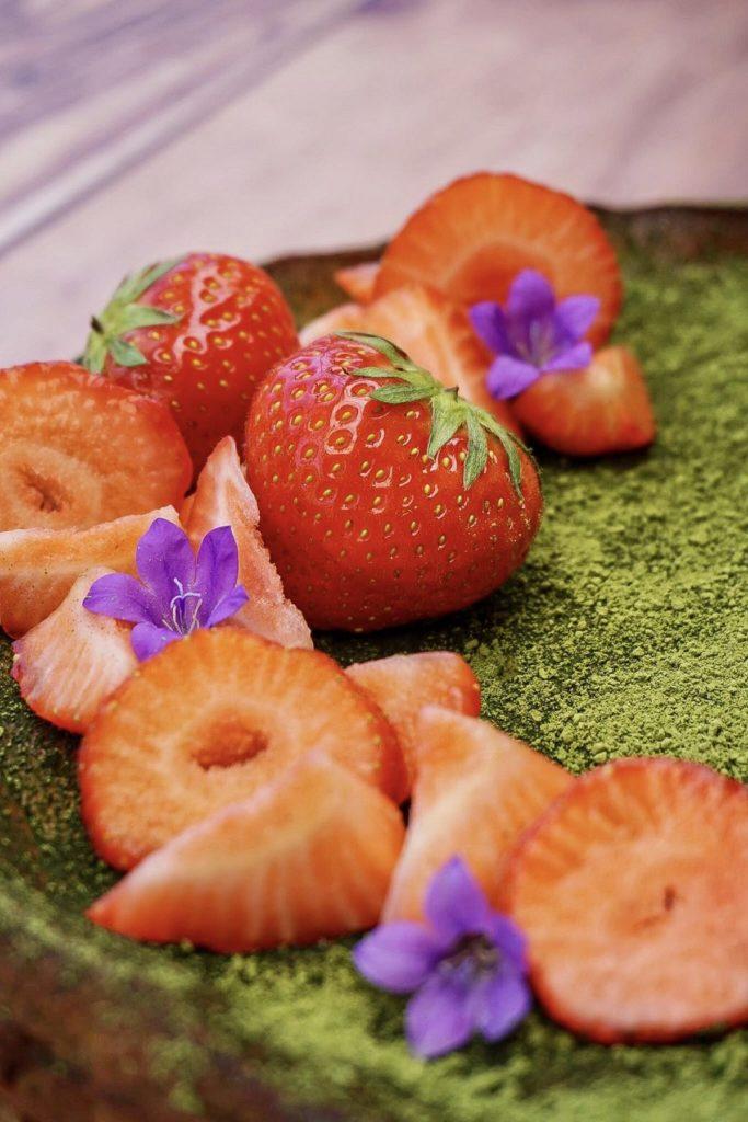 Tadam, voici notre recette Cheesecake aux spéculoos, MATCHA et fraises 🍓